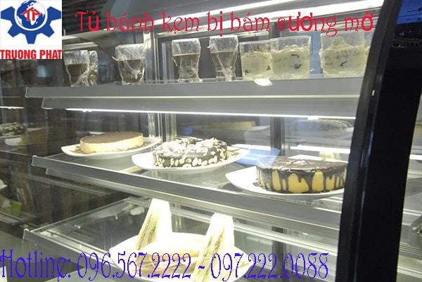 Tủ trưng bày bánh kem bị đọng nước do hệ thống sấy kính hỏng