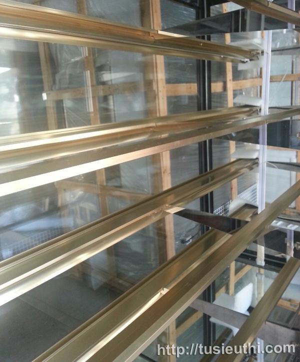 tủ trưng bày bánh đứng thiết kế khung 5 tầng
